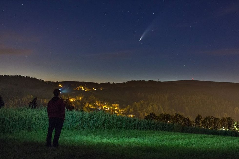 Na snímku kometu Neowise zachytil fotograf Jan Mašek nad Železným Brodem.