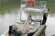 Jabloneckou druhou přehradu brázdí loď se zařízením, které má za úkol omezit růst sinic. Pracujíce na principu elektrolýzy.