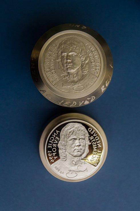 Bývalý kapitán české fotbalové reprezentace Pavel Nedvěd má minci s vlastním portrétem. Do zlata si ji osobně vyrazil 21. března 2017 v České mincovně v Jablonci nad Nisou.