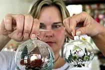 Tradiční výroba foukaných vánočních ozdob má své kořeny, vedle bižuterie, také na Jablonecku. Křehké skvosty z firmy GOJA i přes masivní příliv asijského zboží putují k zákazníkům do celého světa. Na snímku Míša Klustová.