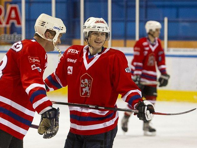 Biatlonisté si před exhibicí zahráli v Jablonci hokej. Na snímku je Ondřej Moravec a manažer týmu Jiří Hamza (vlevo).