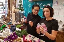 Vyrobit si adventní věnec dorazila do Květinářství Gracia k Janě Harasimovičové (vpravo) i Lenka Klimentová, šéfredaktorka Jabloneckého deníku