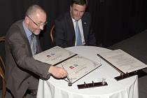 Starosta města Lauscha Norbert Zitzmann (vlevo) a starosta Železného Brodu František Lufinka při podpisu smluv a pamětních listů v přestávce Festivalu skleněných nástrojů.