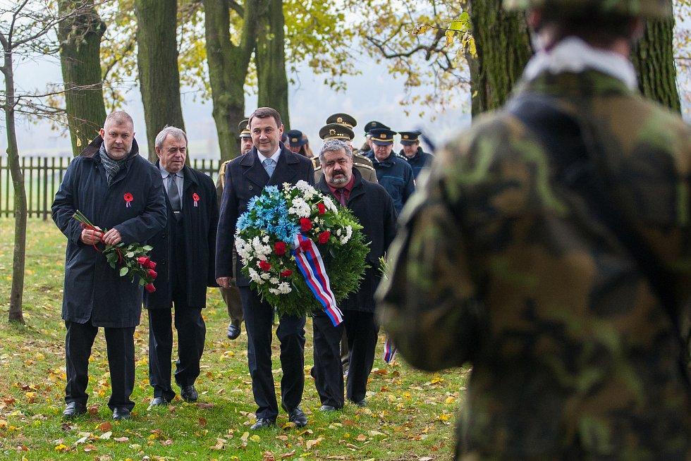 Na snímku zprava je Michael Canov a Martin Půta a vlevo je Dan Ramzer při pietním aktu na vojenském hřbitově zajateckého tábora v Ostašově.