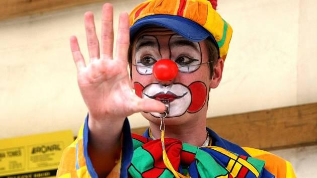 19. ročník soutěže Skleněný magik probíhá v divadle v Železném Brodě. Odpoledne před začátkem kouzelnických představení baví kouzelníci publikum na náměstí před divadlem.
