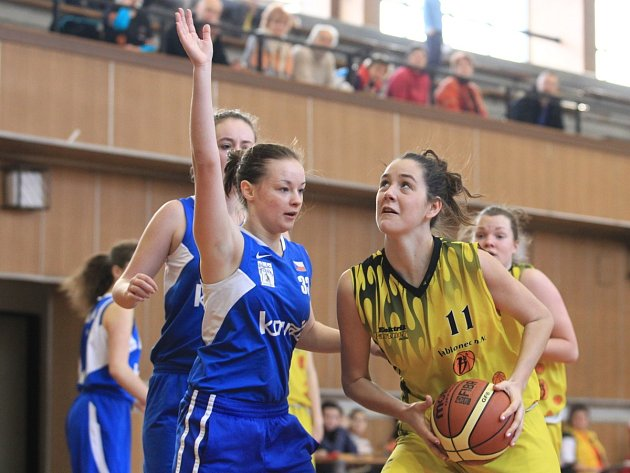 Juniorky Bižuterie Jablonec si upevnily vedení v lize U19 také díky výhře nad Plzní (v modrém) 84:28.