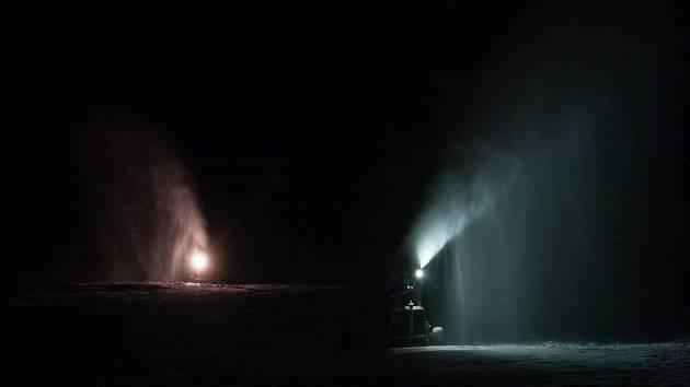 Také ve ski areálu Bedřichov na Jablonecku začala Ski BIŽU 1. prosince zasněžovat sjezdovky sněžnými děly.