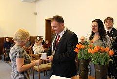 Dobrovolní dárci krve si převzali na radnici stříbrné a zlaté medaile Dr. Janského za 20 a 40 bezplatných odběrů.