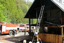 V neděli došlo v Desné v Jizerských horách k požáru novostavby rodinného domu. Na místo vyjely vedle profesionálních hasičů také jednotky Sboru dobrovolných hasičů z okolních obcí.