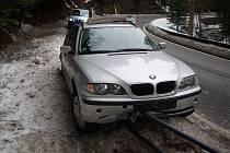 BMW na svodidlech.