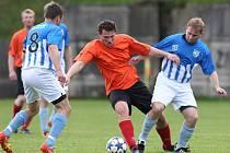 Fotbalisté Plavů porazili v dramatickém utkání Jenišovice (v modrém) 3:2.