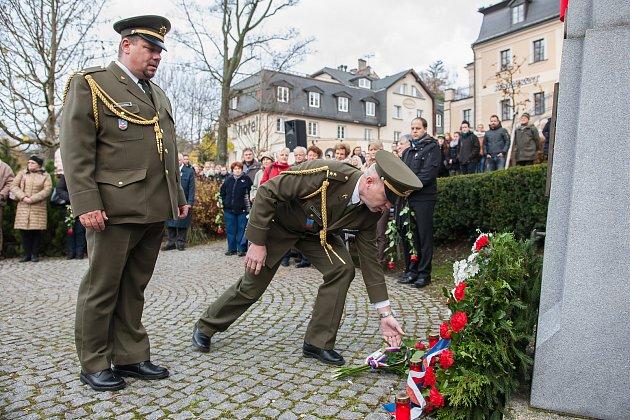 Pietní akt k 17. listopadu proběhl u pomníku v parku Generála Mrázka v Jablonci nad Nisou za přítomnosti zástupců města i široké veřejnosti.