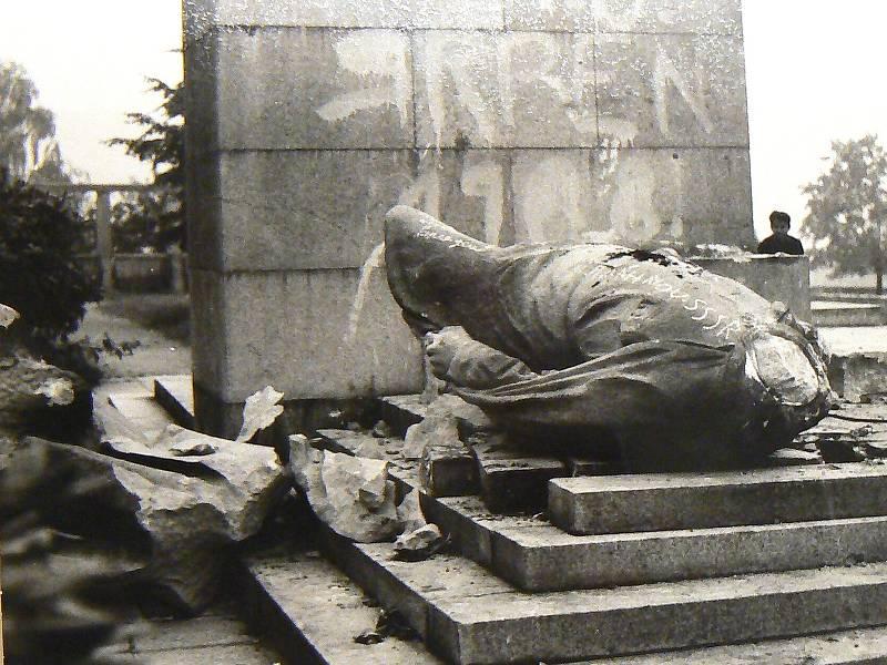 Svržení původního pomníku rudoarmějce v Jablonci. Dílo vytvořil jablonecký akademický sochař Karel Pešata.