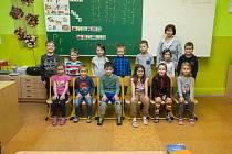 Prvňáci ze Základní školy Janov nad Nisou se fotili do projektu Naši prvňáci. Na snímku je s nimi třídní učitelka Lenka Vondrová.