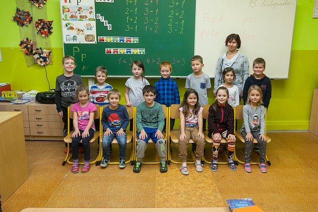 Prvňáci ze Základní školy Janov nad Nisou se fotili do projektu Naši prvňáci. Na snímku je snimi třídní učitelka Lenka Vondrová.