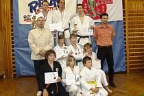 Výprava tanvaldských členů školy bojových umění Soshiki Tanvald s trofejemi, které získala v Kladně.