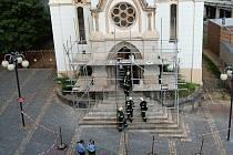 Požár v kostele na náměstí Dr. Farského v Jablonci vznikl od svíčky.