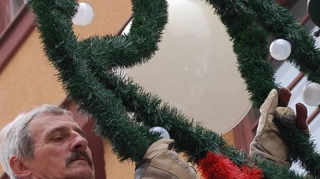Město už zdobí vánoční výzdoba