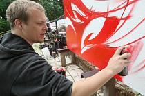 Vyznavači alternativní pouliční kultury a umění v letním kině v Jablonci zahájili letošní sezonu promítání pod širým nebem. Na snímku tvoří Ondřej Beneš.