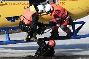 Záchranáři spolu s hasiči trénovali na jablonecké přehradě.