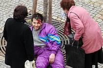 Před Eurocentrem se odehrálo nafingované zranění bezdomovce. Akci spolu s Českým červeným křížem organizoval Jablonecký deník. Na snímku je namaskovaný Miroslav Gorčík.