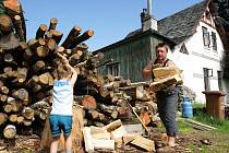 Při přípravě dřeva, jak je vidět u rodiny Škvárových, se lidé pěkně nadřou. Ale ušetří.