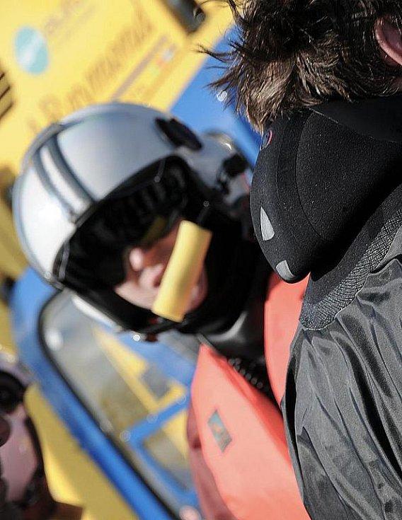 V sobotu trénovali záchranáři spolu s hasiči záchranu tonoucího pod ledem a pak také za pomoci vrtulníku. Cvičení na jablonecké přehradě přilákalo i více jak sto zvědavých Jablonečanů.