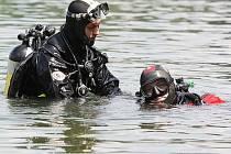 Po nočním telefonátu policie našla na břehu jablonecké přehrady boty a zapalovač. Za světla nastoupili potápěči a záchranáři k hledání těla. Informaci musí potvrdit či vyvrátit.