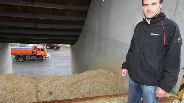 Na vrtochy přírody před letošní zimou jsou v Krajské správě silnic ve středisku v Jablonci nad Nisou takřka dokonale připraveni. Mají dostatečné zásoby posypových materiálů a techniku v pohotovosti.