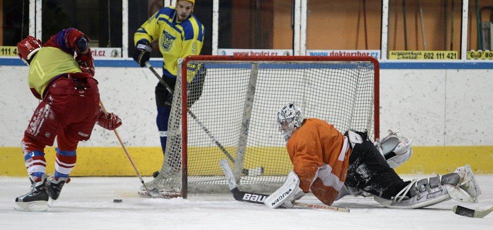 Fotbalisté Baumitu si zahráli hokej. Na snímku šance Jana Kopice (vlevo), který netrefil prázdnou bránu.
