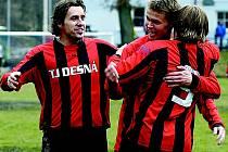 Desenští hráči se radují poté, co Karel Vokál (zády) vstřelil třetí gól Desné. Gratulace přijímá od Jardy Bílka a Tomáše Kameníka (č.4)