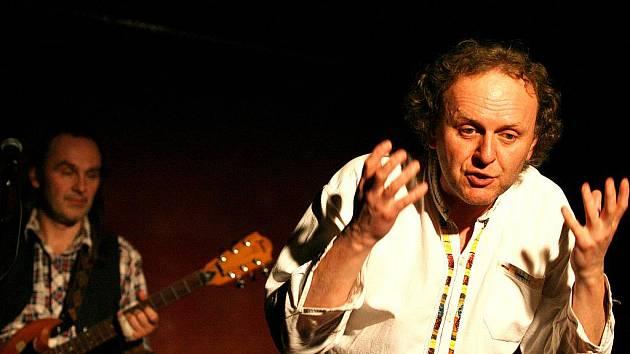 V představení nazvaném Čtyři dohody (na snímku) Jaroslav Dušek uhrančivě čerpá ze staré moudrosti Toltéků z knihy dona Miguela Ruize.