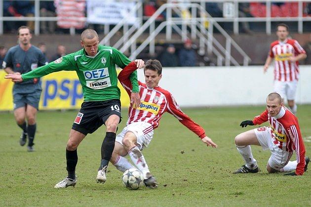 Jedinou branku utkání vstřelil hlavou Adam Hloušek (na snímku se prodírá přes Saboua).