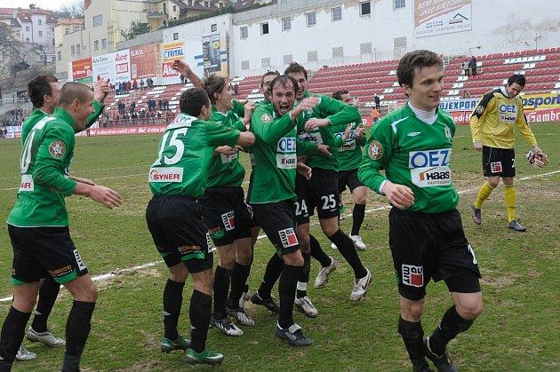 Ve 21. kole 1 GL hostila sestupem ohrožená FK Viktoria Žižkov FK Baumit Jablonec, který na jaře podává velmi dobré výkony i na hřištích soupeřů. V bojovném utkání na velmi těžkém terénu se z vítězství radovali hosté. Branku vsítil hlavou Adam Hloušek.