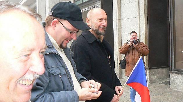 Již několik se pravidelně v pravé poledne setkávají Jablonečtí 17. listopadu před jabloneckou radnicí.