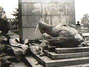 Srpen 1968. Svržení sochy Rudoarmějce na dnešním Horním náměstí v Jablonci.