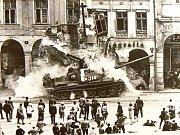 Srpen 1968. Liberec. Tank najel do podloubí, pod sutinami zůstali lidé