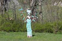 FOTO č. 3 Tohle strašidýlko  snad nikomu strach nenažene, ani dětem. V které obci na Jablonecku stojí?