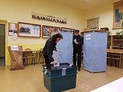 První voliči na Jablonecku v sobotu 21. října.