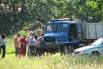 Muže, který na stavbě pracoval, nešťastnou náhodou v úterý ráno přimáčkla korba nákladního vozidla