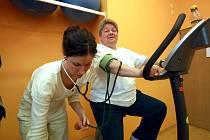 Pod vedením Mudr. Noskové trénují pacienti s ischemickým onemocněním. Na snímku Jana Koutová.