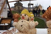 NA PRVNÍ VÁNOČNÍ TRHY museli jet lidé z Jablonce přesně 100 kilometrů. Ale ty na Kuksu jsou vyhlášené a do Vánoc už bude zet prostor před perlou českého baroka prázdnotou. Parkoviště proto bylo přehlídkou espézetek, těch z našeho kraje nevyjímaje.