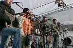 ROZJELI ZIMNÍ LYŽAŘSKOU SEZONU. V Harrachově dokonce s živou kapelou. Pod Čertovou horou koncertovala v sobotu kapela Děda Mládek Ilegal Band.