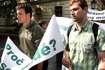 Studenti v pondělí demonstrovali před parlamentem.