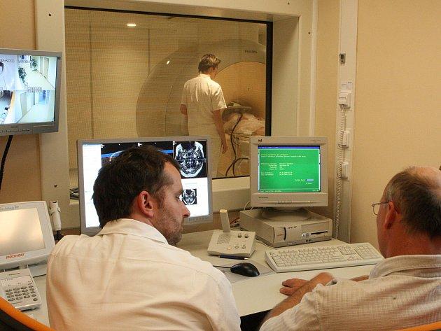 Na novém diagnostickém zařízení magnetické rezonanci v jablonecké nemocnici vyšetřují první pacienty.