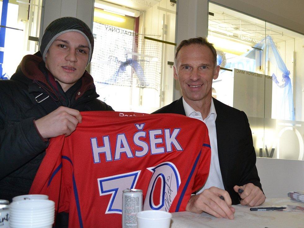 Dominik Hašek na autogramiádě s Jakubem Vaníčkem z Hradce Králové