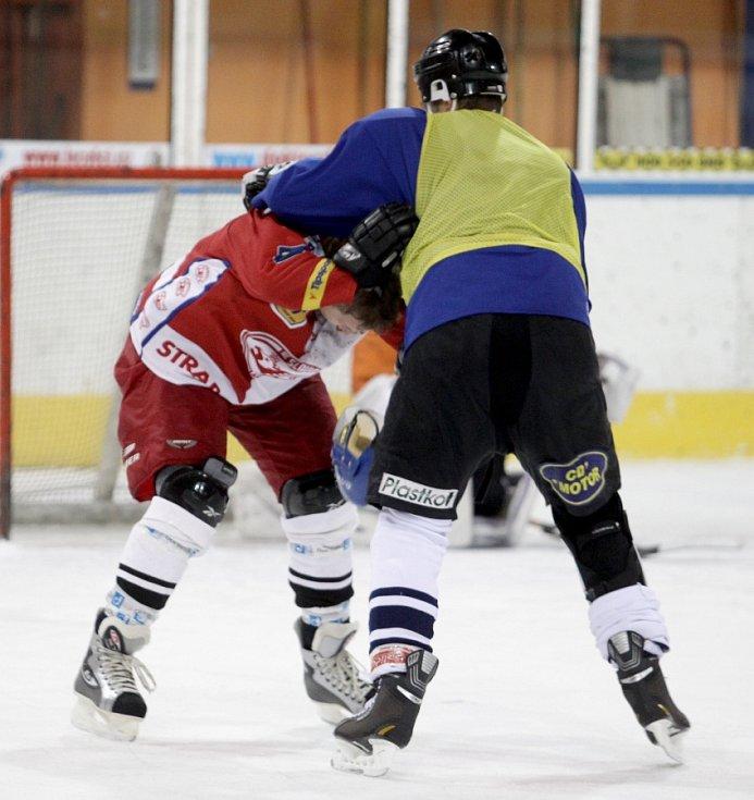 """Fotbalisté Baumitu si zahráli hokej. Na snímku """"bitka"""" mezi Karlem Pitákem a Vítem Benešem (v modrém)."""