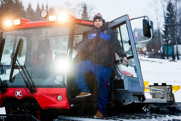 Rolbař Martin Kunc, který se stará o úpravu Jizerské magistrály, pózuje u rolby na snímku z 1. února v Bedřichově.
