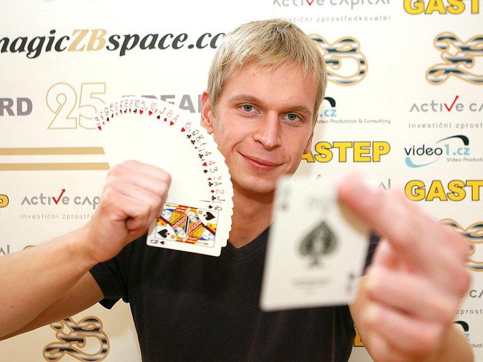 Zdeněk Bradáč světový rekord ve výhozu hrací karty do výšky.