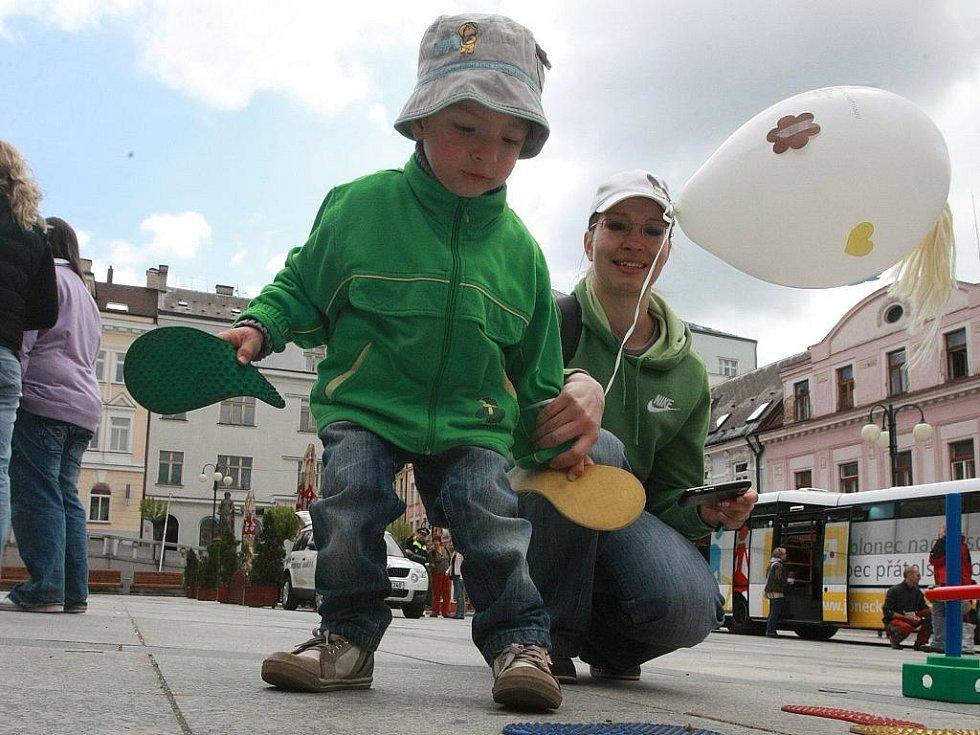 V rámci Mezinárodního dne rodiny se na Mírovém náměstí v Jablonci nad Nisou pozval městský úřad nejmenší děti na dopolední setkání se soutěžemi, odměnami a Městskou policií.